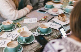 カフェで会議する人たち