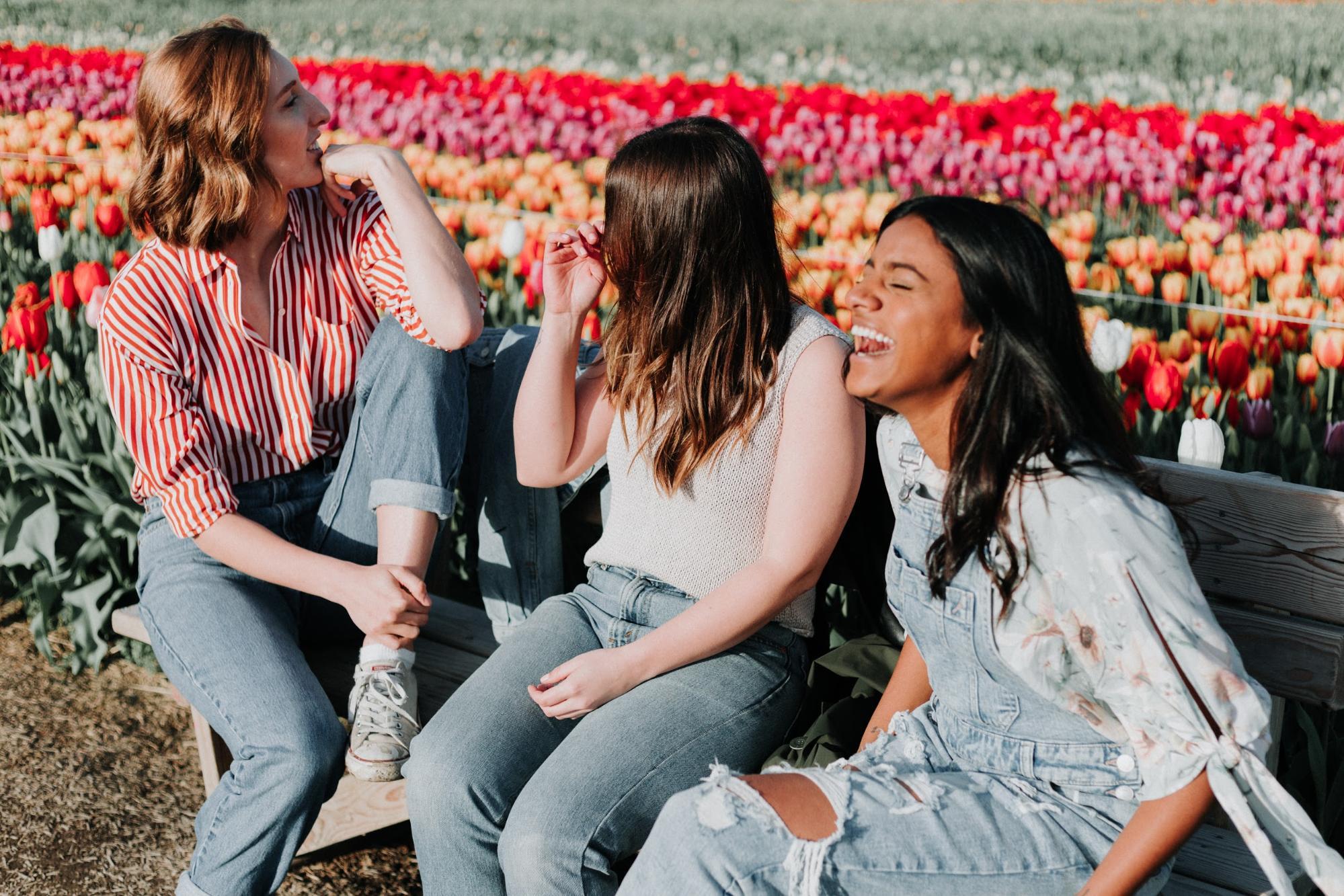 お花畑と女性たち